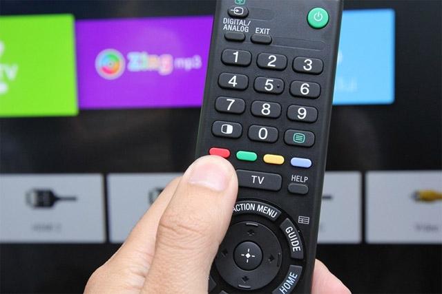 Nhấn nút màu đỏ trên remote