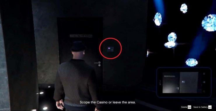"""Bộ phím màu tím cạnh cửa phòng nhân viên """"Không phận sự miễn vào"""" đằng sau quầy trao đổi chip"""